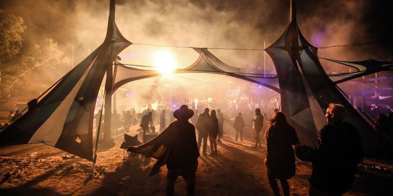 crowd-backlight-fog-dark