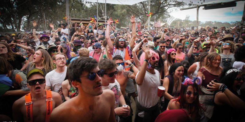 crowd-nofocus-day